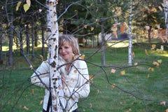 La muchacha detrás del árbol Imagen de archivo