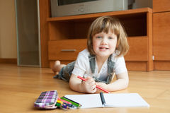 La muchacha dibuja. Foto de archivo