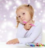 La muchacha dibuja con los marcadores Fotografía de archivo libre de regalías