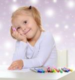 La muchacha dibuja con los marcadores Fotos de archivo libres de regalías