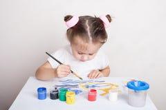 La muchacha dibuja en pinturas del color imagen de archivo libre de regalías
