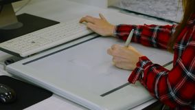 La muchacha dibuja en la tableta almacen de metraje de vídeo