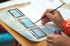 La muchacha dibuja las pinturas fotos de archivo libres de regalías