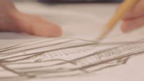 La muchacha dibuja un lápiz en el papel Primer metrajes