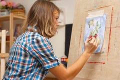 La muchacha dibuja una aún-vida Fotos de archivo