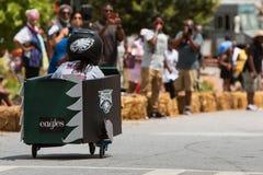 La muchacha dirige el coche cuesta abajo en la caja Derby Event del jabón de Atlanta Fotos de archivo