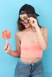 La muchacha diseñada bastante joven está gozando del dulce Imagen de archivo libre de regalías