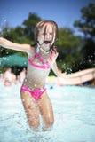 La muchacha disfruta de día de verano en la piscina. Foto de archivo libre de regalías