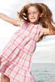 La muchacha disfruta de día de verano en la playa. Fotografía de archivo libre de regalías