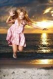 La muchacha disfruta de día de verano en la playa. Foto de archivo