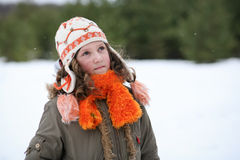 La muchacha disfruta de invierno que viene Foto de archivo libre de regalías