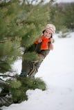 La muchacha disfruta de invierno que viene Fotos de archivo