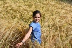 La muchacha disfruta de la naturaleza Imagen de archivo libre de regalías