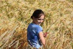 La muchacha disfruta de la naturaleza Fotos de archivo libres de regalías