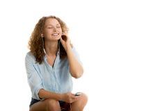 La muchacha disfruta de música con los ojos cerrados Foto de archivo libre de regalías