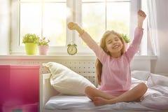 La muchacha disfruta de mañana soleada imagen de archivo
