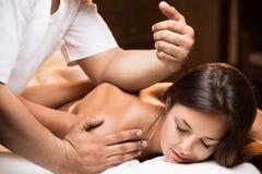 La muchacha disfruta de masaje profundo del tejido imagen de archivo libre de regalías