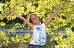 La muchacha disfruta del aire libre Foto de archivo