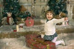 La muchacha disfruta los regalos Imagenes de archivo