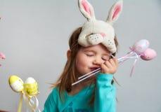 La muchacha divertida con Pascua coloreó los huevos Fotos de archivo libres de regalías