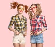 La muchacha divertida de la moda salta loco divirtiéndose nerd foto de archivo libre de regalías