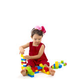 La muchacha divertida del niño que jugaba con la construcción fijó sobre blanco Fotos de archivo libres de regalías