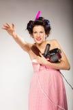 La muchacha divertida que diseña el pelo sostiene muchos accesorios Foto de archivo libre de regalías