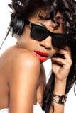 La muchacha DJ escucha música con los auriculares Imagenes de archivo