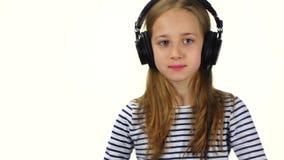 La muchacha DJ lleva los auriculares en la cabeza La cámara lenta, cierre sube almacen de video