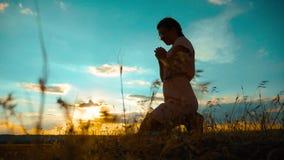 la muchacha dobló sus manos en silueta del rezo en la puesta del sol vídeo de la cámara lenta La muchacha dobló sus manos en rezo almacen de metraje de vídeo
