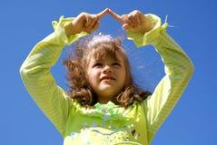 La muchacha drena en los dedos del cielo Fotografía de archivo libre de regalías