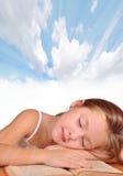La muchacha duerme con un libro Fotos de archivo