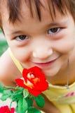la muchacha dulce respira fragancia de una rosa Fotos de archivo
