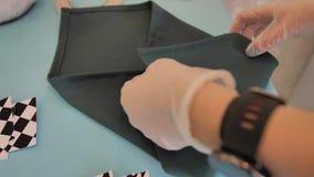 La muchacha el camarero pone una servilleta en la tabla del día de fiesta Preparación del acontecimiento Manos del primer almacen de metraje de vídeo