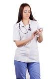 La muchacha el doctor marca número en el teléfono móvil. Imagen de archivo libre de regalías