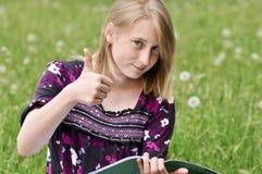 La muchacha el estudiante muestra la AUTORIZACIÓN del gesto Fotos de archivo