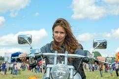 La muchacha el motorista fotos de archivo