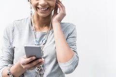 La muchacha elegante alegre está utilizando el móvil al aire libre Imágenes de archivo libres de regalías