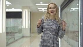 La muchacha elegante atractiva en vestido camina con en el centro comercial grande almacen de metraje de vídeo