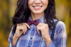 La muchacha elegante endereza la corbata de lazo Fotos de archivo