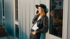 La muchacha elegante habla en balcón almacen de video