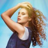 La muchacha elegante joven atractiva de la mujer con el vuelo elevó el pelo en aire Imagenes de archivo