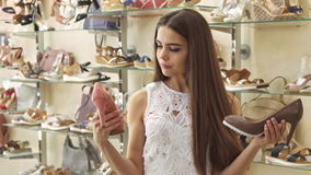 La muchacha elige entre el melocotón y los zapatos marrones almacen de metraje de vídeo