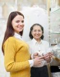 La muchacha elige los accesorios nupciales en la tienda de la boda Foto de archivo