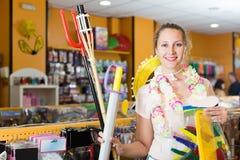 La muchacha elige los accesorios para el carnaval Imagenes de archivo