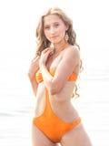 La muchacha en bañador anaranjado Imagenes de archivo