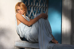 La muchacha en balcón en una alineada azul Imagen de archivo
