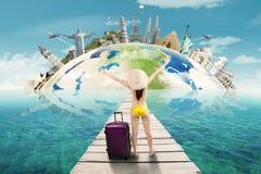 La muchacha en bikini disfruta de viaje a los monumentos mundiales Foto de archivo