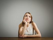 La muchacha en blanco está pensando imagenes de archivo