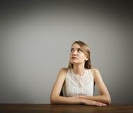 La muchacha en blanco está pensando foto de archivo libre de regalías